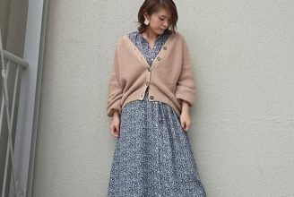 厚手ニットカーディガンにワンピース&プリーツスカートを合わせて。冬のロマンティックコーデ。