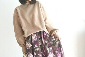 ミモレ丈の花柄スカート×スニーカーが、レトロ可愛い